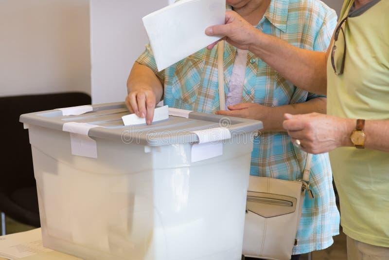 Bejaarden die bij de democratische verkiezing stemmen royalty-vrije stock afbeeldingen