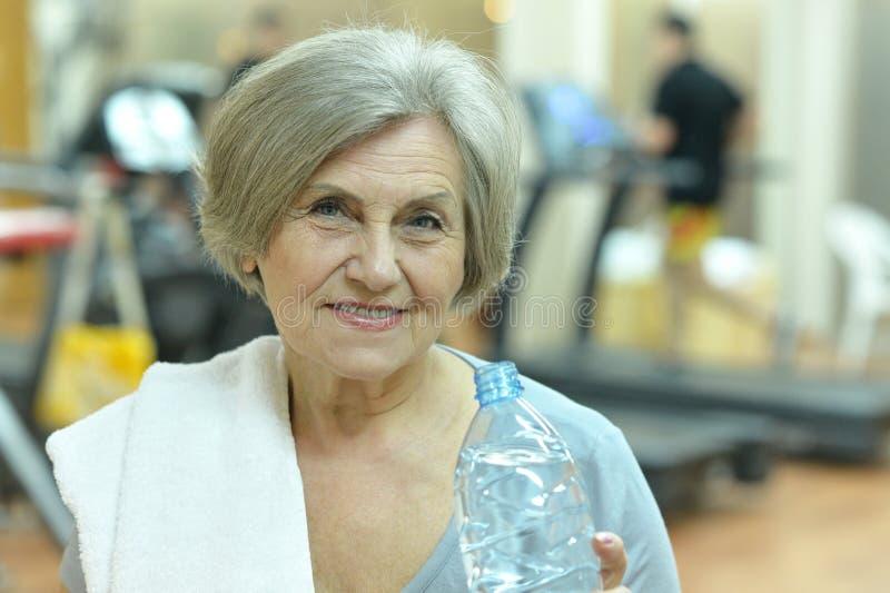 Bejaarden die een fles wate houden royalty-vrije stock foto's