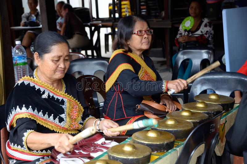 Bejaarden die gong spelen stock afbeeldingen