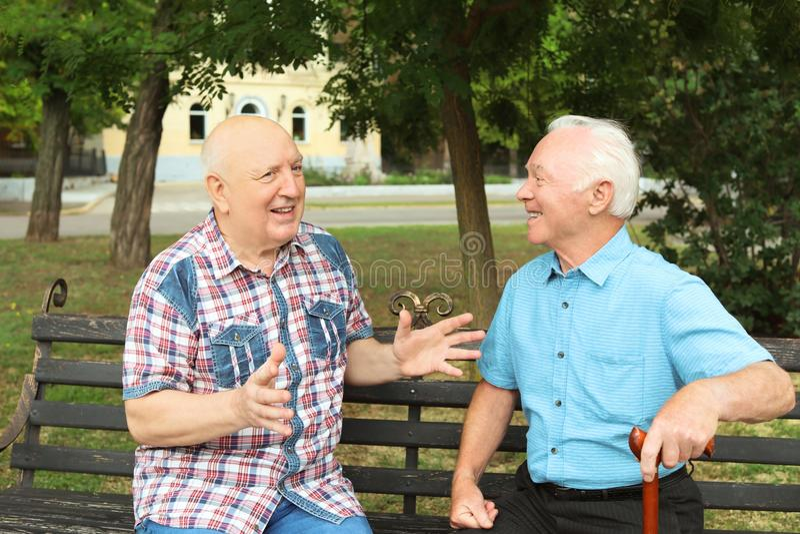 Bejaarden die op bank rusten royalty-vrije stock afbeelding