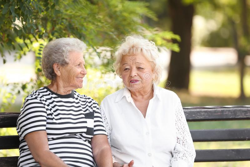 Bejaarden die op bank rusten royalty-vrije stock foto's