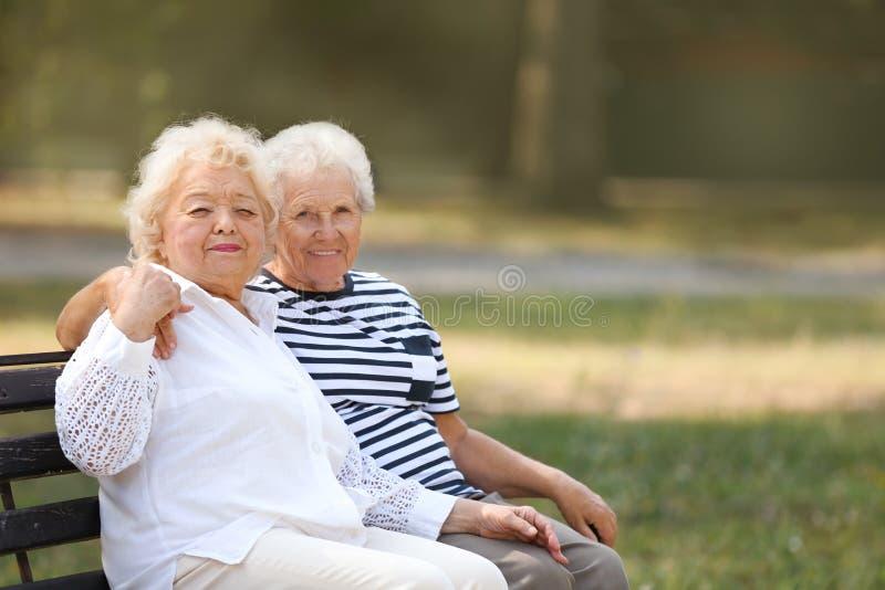 Bejaarden die op bank rusten royalty-vrije stock fotografie