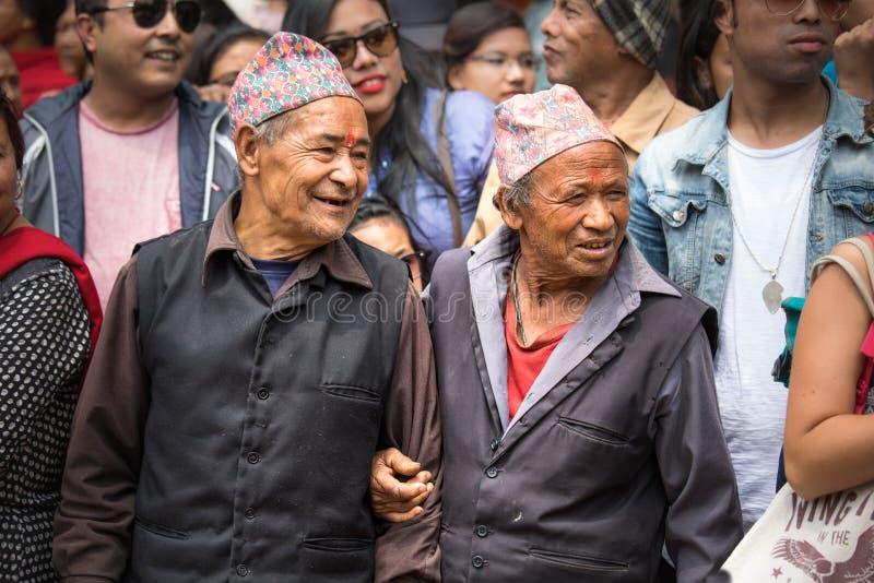 Bejaarden die op een plechtige optocht letten stock fotografie