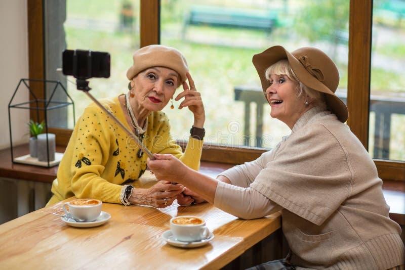 Bejaarden die selfie nemen stock afbeeldingen