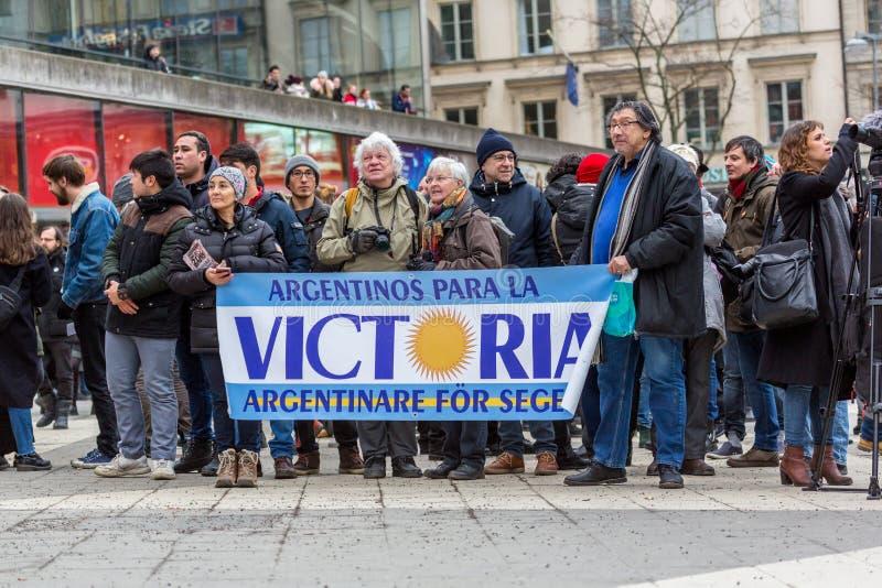 Bejaarden en jongeren het protesteren stock fotografie