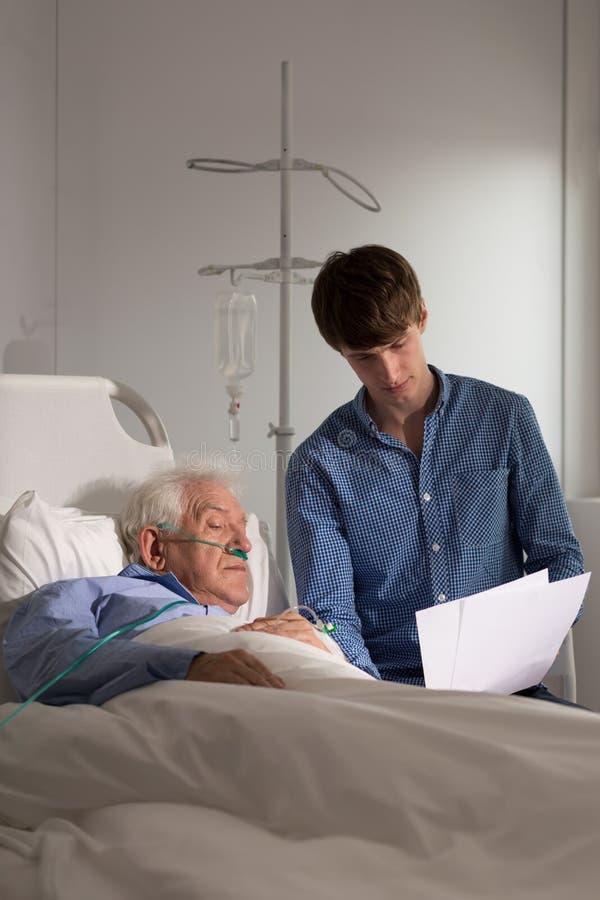 Bejaarden in het ziekenhuis stock afbeeldingen