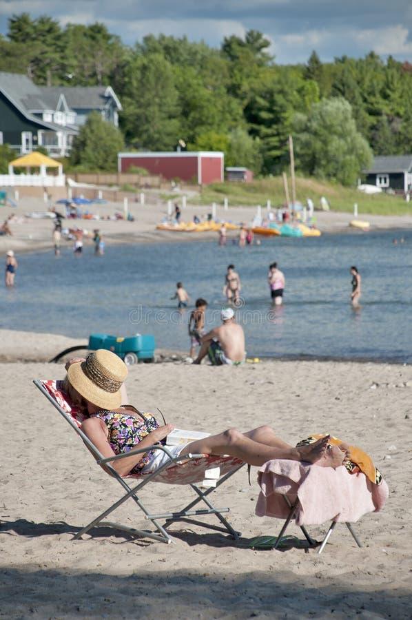 Bejaarden het zonnebaden stock foto