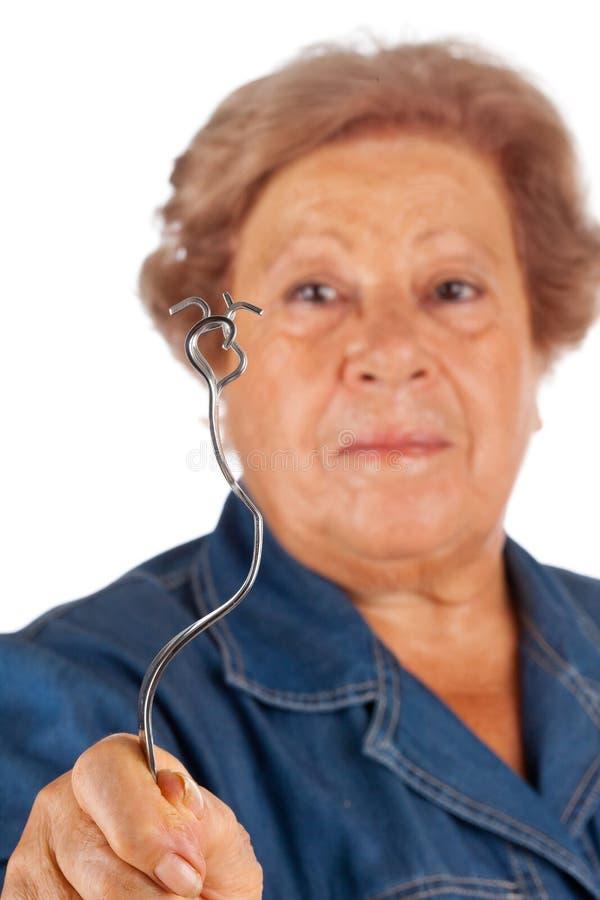 Bejaarden met de psychokinetische vork van de capaciteitenkromming. royalty-vrije stock foto's