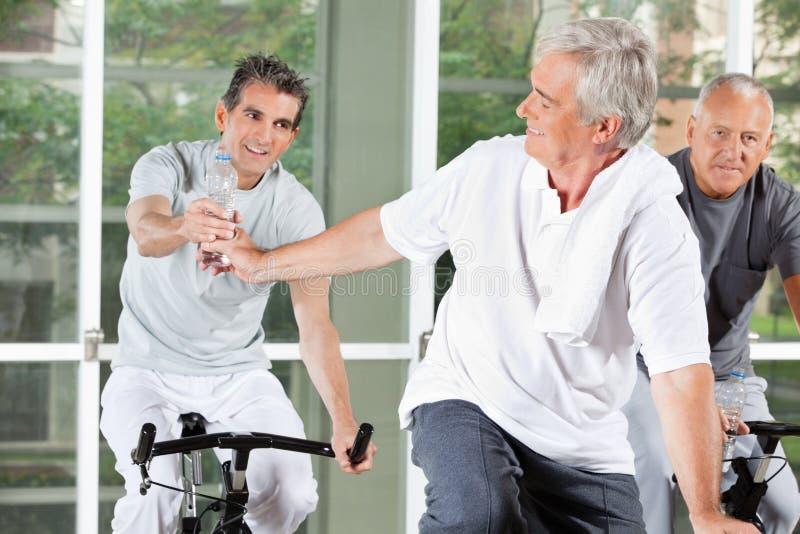 Bejaarden met water in geschiktheid stock afbeelding