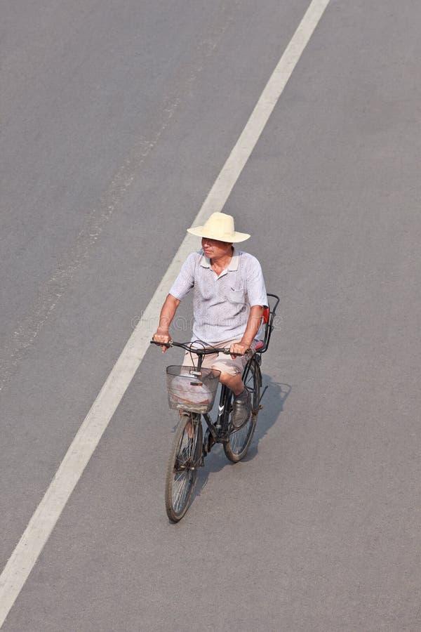 Bejaarden op een roestige fiets, Peking de stad in, China stock foto