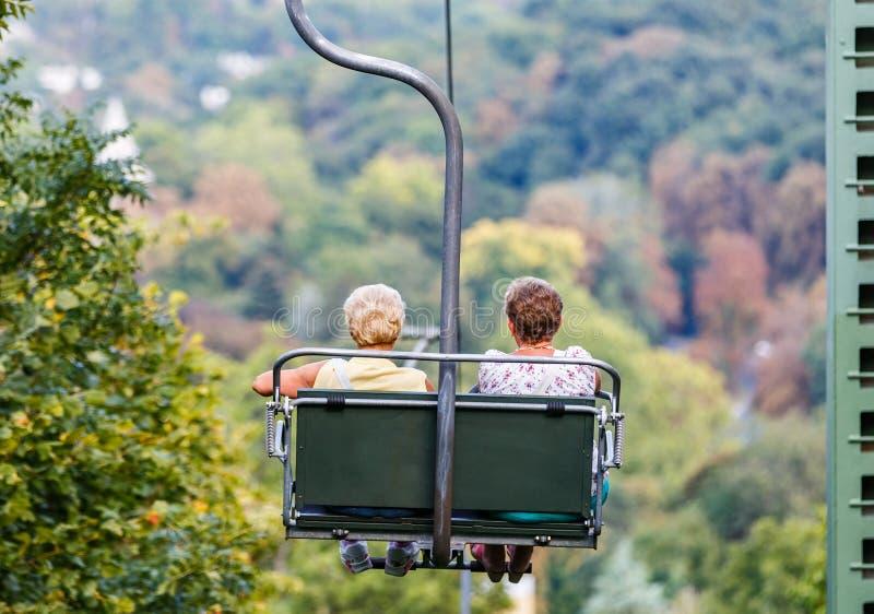 Bejaarden op stoeltjeslift royalty-vrije stock afbeelding