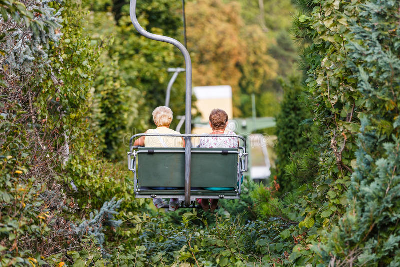 Bejaarden op stoeltjeslift stock foto's