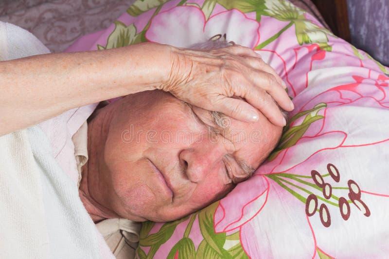 Bejaarden 80 plus de éénjarigenmens in een huisbed royalty-vrije stock foto's