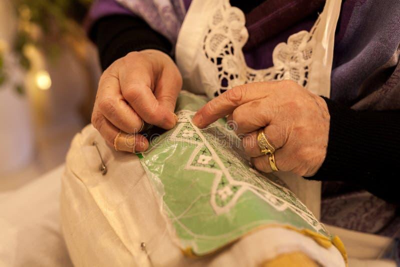 bejaarden terwijl het borduren van een kant in buranoeiland dichtbij Venetië in Italië stock afbeelding
