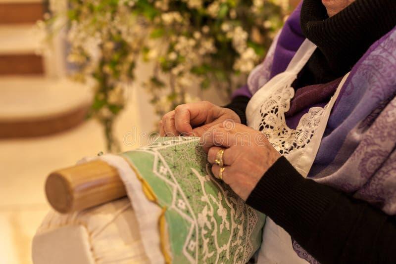 bejaarden terwijl het borduren van een kant in buranoeiland dichtbij Venetië in Italië stock foto's