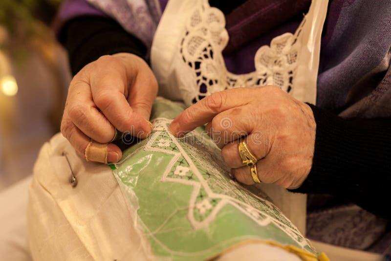 bejaarden terwijl het borduren van een kant in buranoeiland dichtbij Venetië in Italië royalty-vrije stock afbeeldingen
