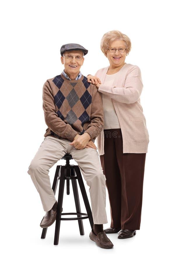 Bejaardezitting op stoel met bejaarde status royalty-vrije stock foto's