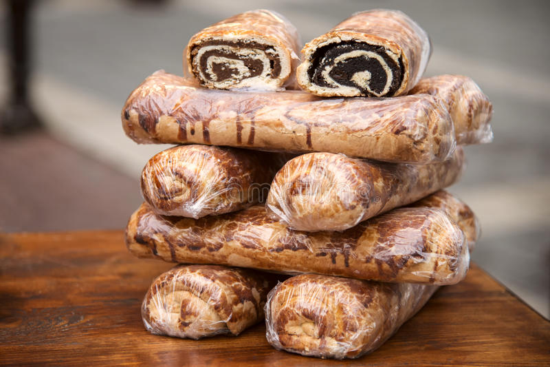 Bejgli - traditionele Hongaarse Kerstmiscake op Kerstmismarkt royalty-vrije stock foto's