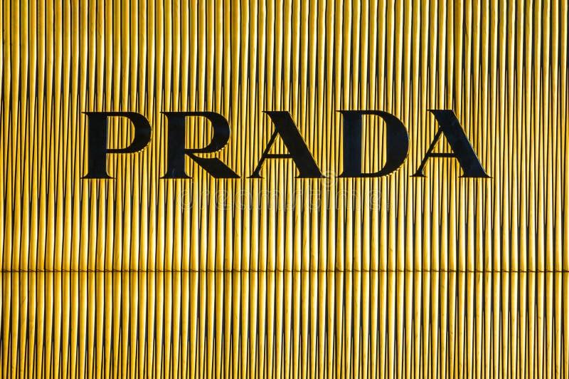 Bejing Κίνα 23 02 2019 λογότυπο καταστημάτων της Prada στο εμπορικό κέντρο πολυτέλειας στην καρδιά της πόλης στοκ φωτογραφία