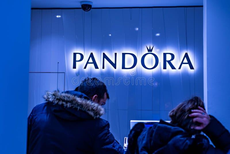 Bejing Κίνα 23 02 2019 Pandora λογότυπο καταστημάτων στο εμπορικό κέντρο πολυτέλειας στην καρδιά της πόλης στοκ εικόνες