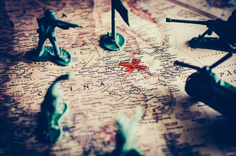 Bekämpa, militärt bruk och taktik i handling på en världskarta royaltyfria foton