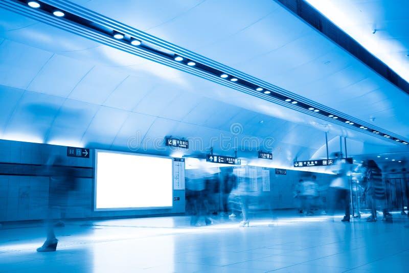 Bekanntmachen des Bildschirms in der U-Bahnstation stockfoto