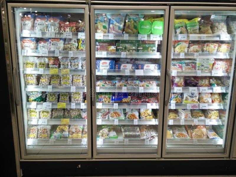 Bekasi, западная Ява Индонезия 13-ое апреля 2019: Замороженные продукты на супермаркете стоковое изображение