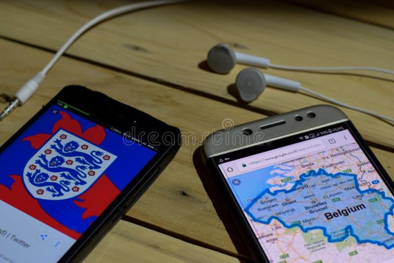 BEKASI, ЗАПАДНАЯ ЯВА, ИНДОНЕЗИЯ 26-ОЕ ИЮНЯ 2018: Англия против Бельгии на экране Smartphone Когда футбол или футбол значка поиска стоковые фото