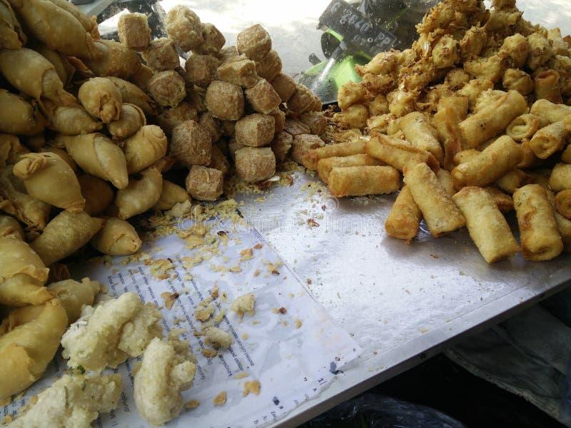 Bekasi Indonésia 10 de julho de 2019 Gorengan: O alimento fritado é um tipo de petisco popular em Indonésia, tempeh fritado, bana imagens de stock