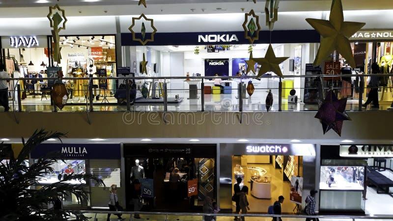 BEKASI, INDONESIEN, AM 31. MAI 2019: Unrecognied-Leute/Fußgängerweg/verkehrsreiche Straße in einem Mall Menge auf einer verkehrsr stockbild