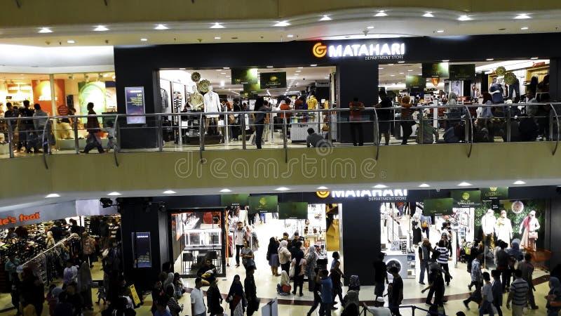 BEKASI INDONESIEN, MAJ 31, 2019: Det Unrecognied folket/gångaren går/den upptagna vägen i en galleria Folkmassa p? en upptagen v? arkivfoton
