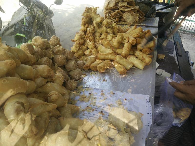 Bekasi Indonezja Lipiec 10 2019 Gorengan: Smażący jedzenie jest jeden typem popularna przekąska w Indonesia, smażący tempeh, tofu zdjęcia stock