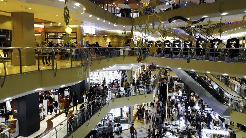 BEKASI, INDONEZJA, MAJ 31, 2019: Unrecognied ludzie/Zwyczajny spacer, Ruchliwie droga w centrum handlowym/ T?um na ruchliwie drod obrazy stock