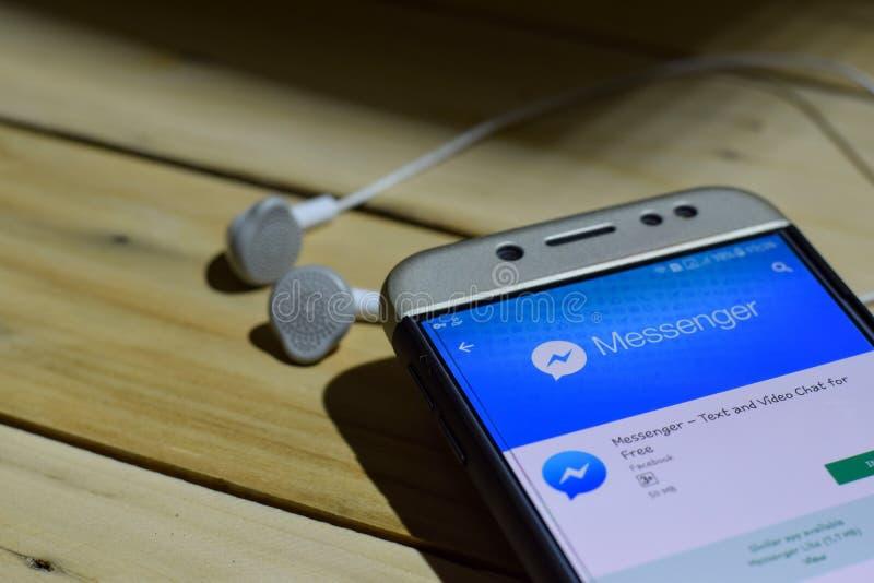 BEKASI, JAVA DEL OESTE, INDONESIA 4 DE JULIO DE 2018: Uso del revelador del mensajero de Facebook en la pantalla de Smartphone Or fotografía de archivo libre de regalías