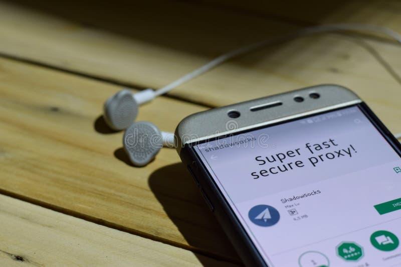BEKASI, JAVA DEL OESTE, INDONESIA 4 DE JULIO DE 2018: Uso del revelador de Shadowsocks en la pantalla de Smartphone Shadowsocks e imagen de archivo