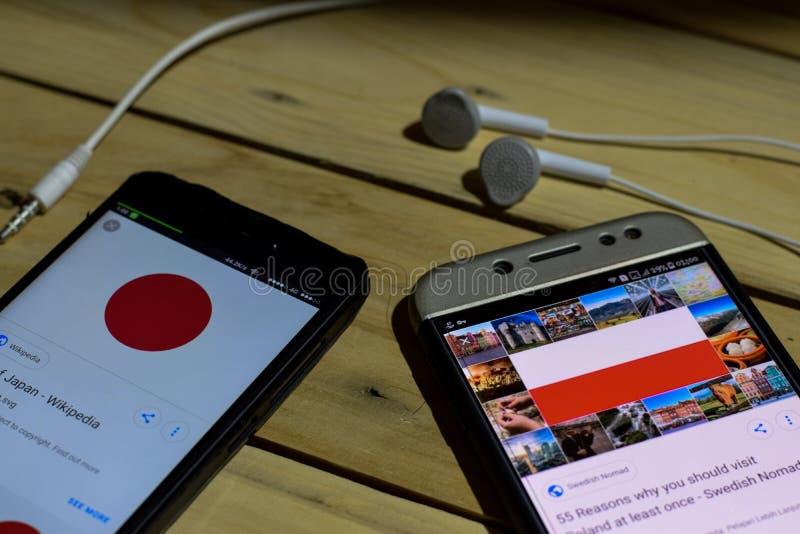 BEKASI, JAVA DEL OESTE, INDONESIA 26 DE JUNIO DE 2018: Japón contra Polonia en la pantalla de Smartphone Cuando fútbol o fútbol d imagen de archivo libre de regalías