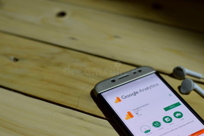 BEKASI, JAVA DEL OESTE, INDONESIA 26 DE JUNIO DE 2018: Uso del revelador del Analytics de Google en la pantalla de Smartphone El  fotografía de archivo