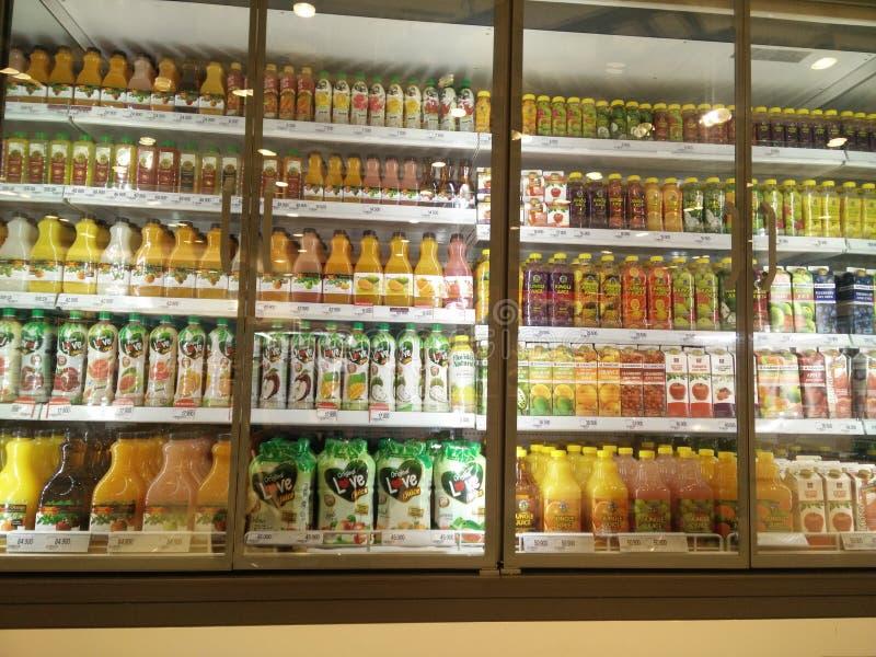 Bekasi, Java del oeste/Indonesia variedad del 10 de marzo de 2019 de producto fresco del jugo en un refrigerador en venta fotografía de archivo libre de regalías