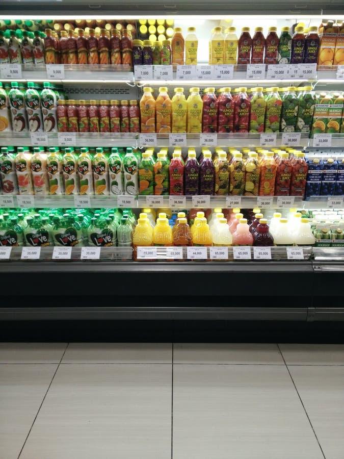 Bekasi, Java Indonesia variedad del oeste del 13 de abril de 2019 de producto del zumo de fruta fresca en un refrigerador en vent imagenes de archivo