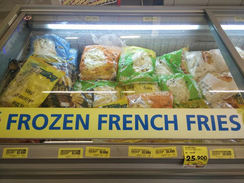 Bekasi västra Java/Indonesien April 28 2019: Djupfrysta franska småfiskar på supermarket arkivbild