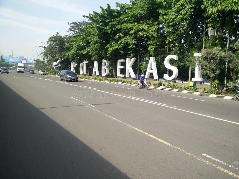 Bekasi västra java Indonesien april 9 2019 gränsmärke av bekasistaden på ahmadyanigatan arkivfoto