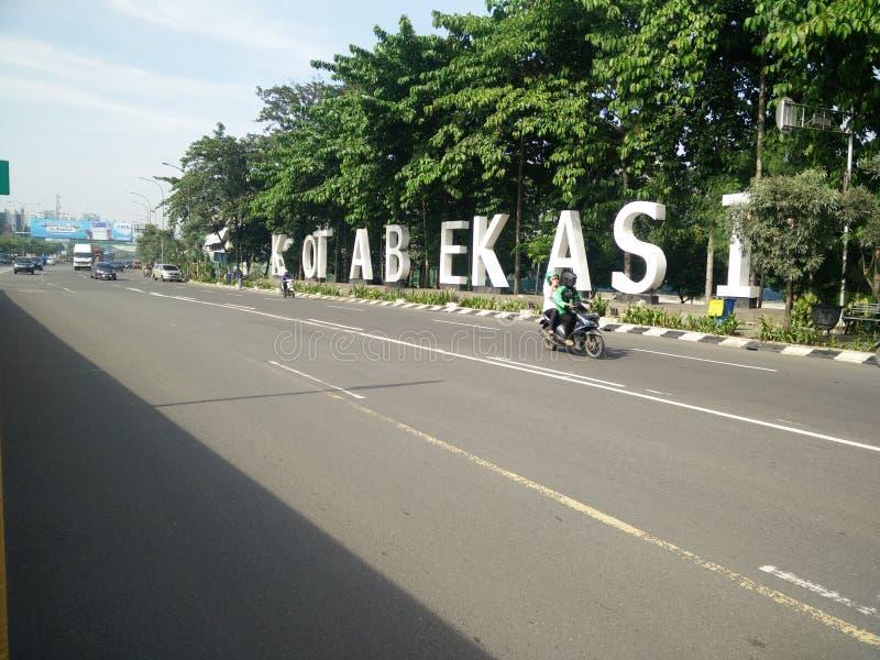 Bekasi v?stra java Indonesien april 9 2019 gr?nsm?rke av bekasistaden p? ahmadyanigatan royaltyfria bilder