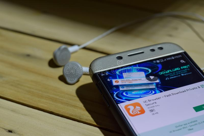 BEKASI, WEST-JAVA, INDONESIË 04 JULI, 2018: UC Browser dev toepassing op Smartphone-het scherm De snelle Privé & Veilige Download stock foto's
