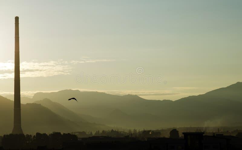 Bekende verontreinigende kopersmeltoven en berg op de achtergrond, Baia-Merrie, Maramures, Roemenië stock afbeeldingen