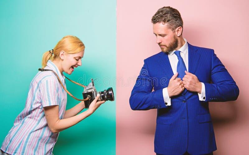 Bekendheid en succes De zakenman geniet ster van ogenblik Fotograaf die foto succesvolle zakenman nemen Paparazziconcept royalty-vrije stock foto's