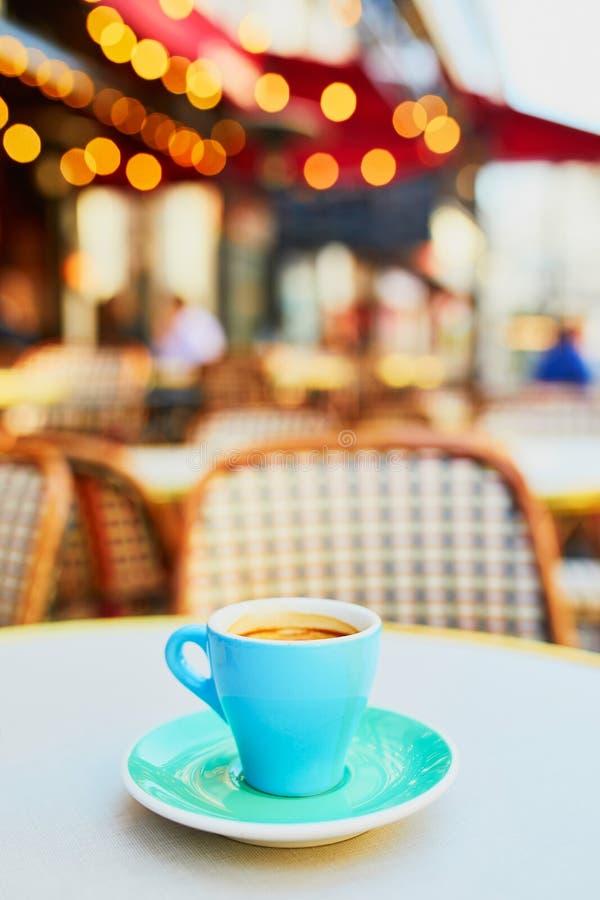Beker van verse warme espressokoffie op tafel van het traditionele Parijse café in de openlucht stock foto's