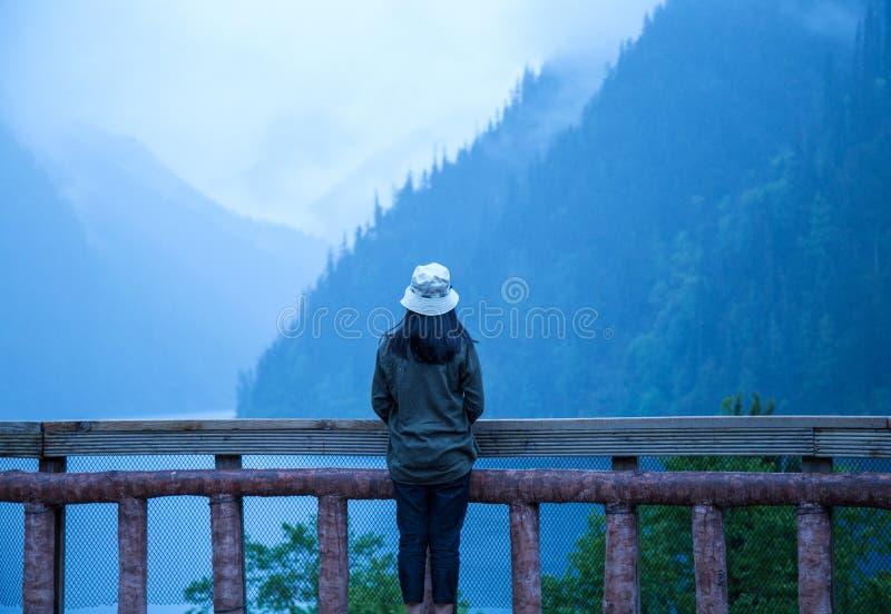 Bekijk de bergen van jiuzhaigou, China, door de balustradezomer van 2017: lagen bergen, één of andere duidelijk, onwerkelijk wat royalty-vrije stock afbeeldingen