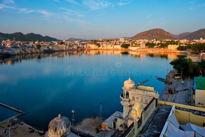 Bekijk de beroemde indiaanse heilige stad Pushkar met Pushkar ghats Rajasthan, India stock afbeelding