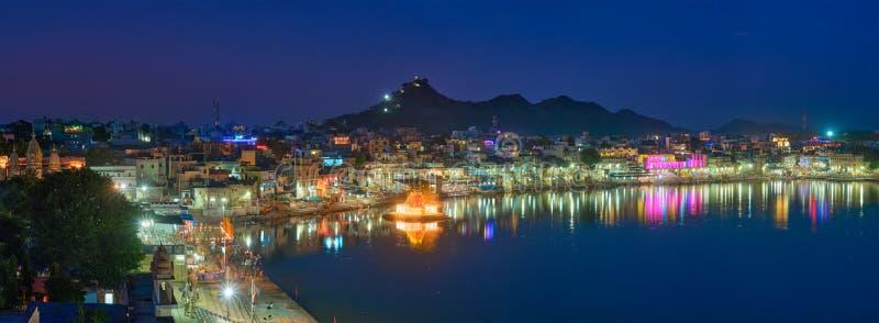 Bekijk de beroemde indiaanse heilige heilige stad Pushkar met Pushkar ghats Rajasthan, India Horizontale pan stock afbeeldingen