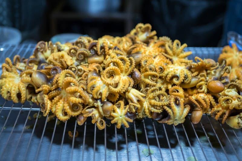 Bekijk de gefrituurde octopus als snack street food in Bangkok, Thailand royalty-vrije stock afbeeldingen